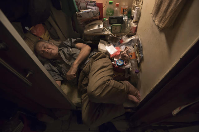 "<p>Cheung Chi-fong, 80, sleeps in a space where he cannot stretch out his legs, in his tiny ""coffin home"" in Hong Kong, March 28, 2017. (Photo: Kin Cheung/AP) </p>"