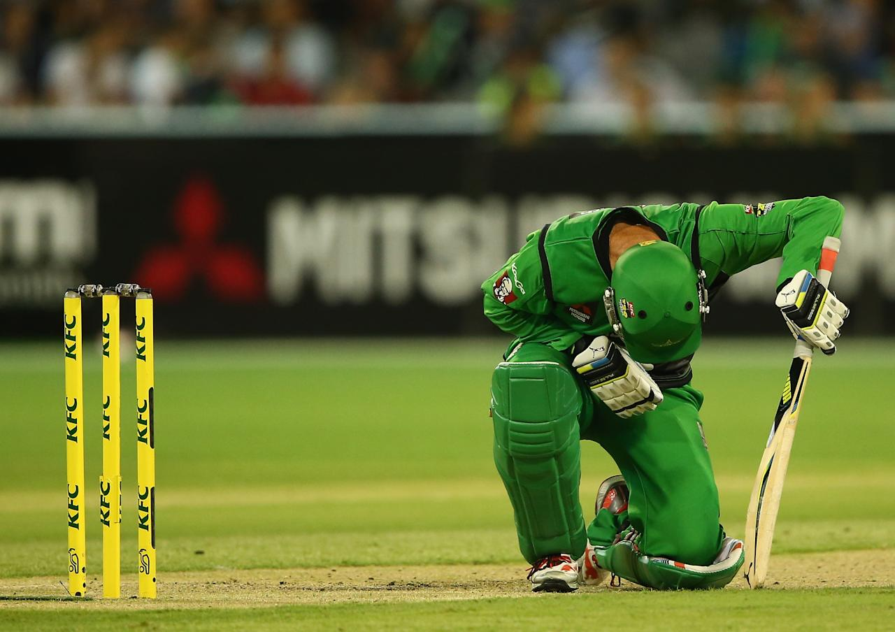 MELBOURNE, AUSTRALIA - JANUARY 21:  Rob Quiney of the Stars winces in pain during the Big Bash League match between the Melbourne Stars and the Hobart Hurricanes at Melbourne Cricket Ground on January 21, 2014 in Melbourne, Australia.  (Photo by Robert Cianflone/Getty Images)
