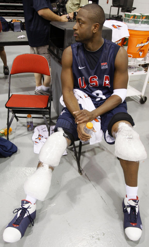 Dwyane Wade nurses his knee injury after the U.S. men's basketball team training for the Beijing Olympics, in Las Vegas, Nevada June 28, 2008.    REUTERS/Lucy Nicholson  (UNITED STATES)  (BEIJING OLYMPICS 2008 PREVIEW)