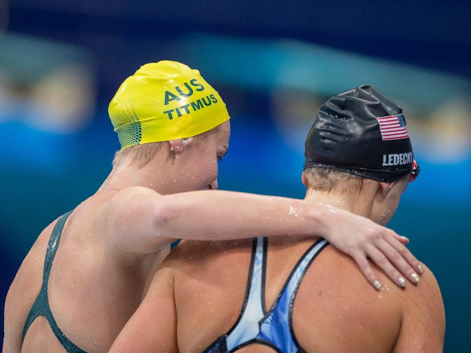 Ariarne Titmus puts her arm around Katie Ledecky at the Tokyo Olympics.