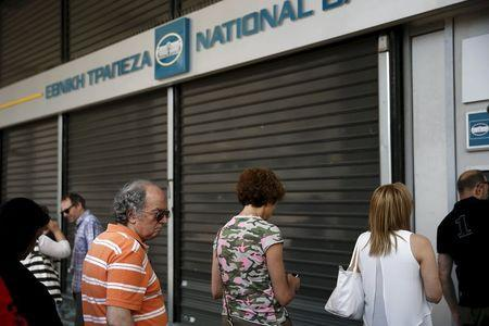 People line up at an ATM outside a National Bank branch in Athens, Greece June 29, 2015. REUTERS/Alkis Konstantinidis