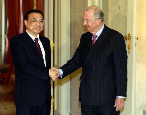 Chinese Vice-Prime Minister Li Keqiang (L) and King Albert II of Belgium (R) pose for a picture during Keqiang's official visit. China and Belgium set up an investment fund to pump more Chinese money into leading European firms Wednesday