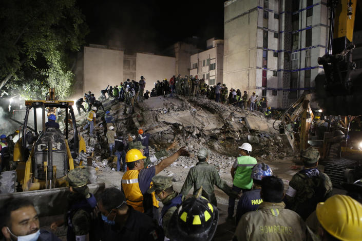 <p>Rescue workers search for people trapped in a collapsed building in the Piedad Narvarte neighborhood of Mexico City, Tuesday, Sept. 19, 2017. (Photo: Rebecca Blackwell/AP) </p>