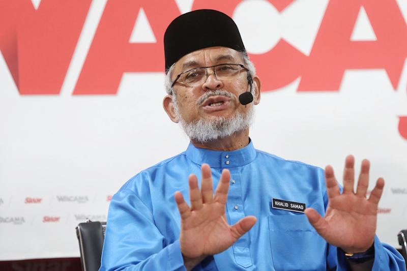 Federal Territories Minister Khalid Samad speaks during a Sinar Harian forum on Kampung Baru in Shah Alam October 4, 2019. — Picture by Choo Choy May