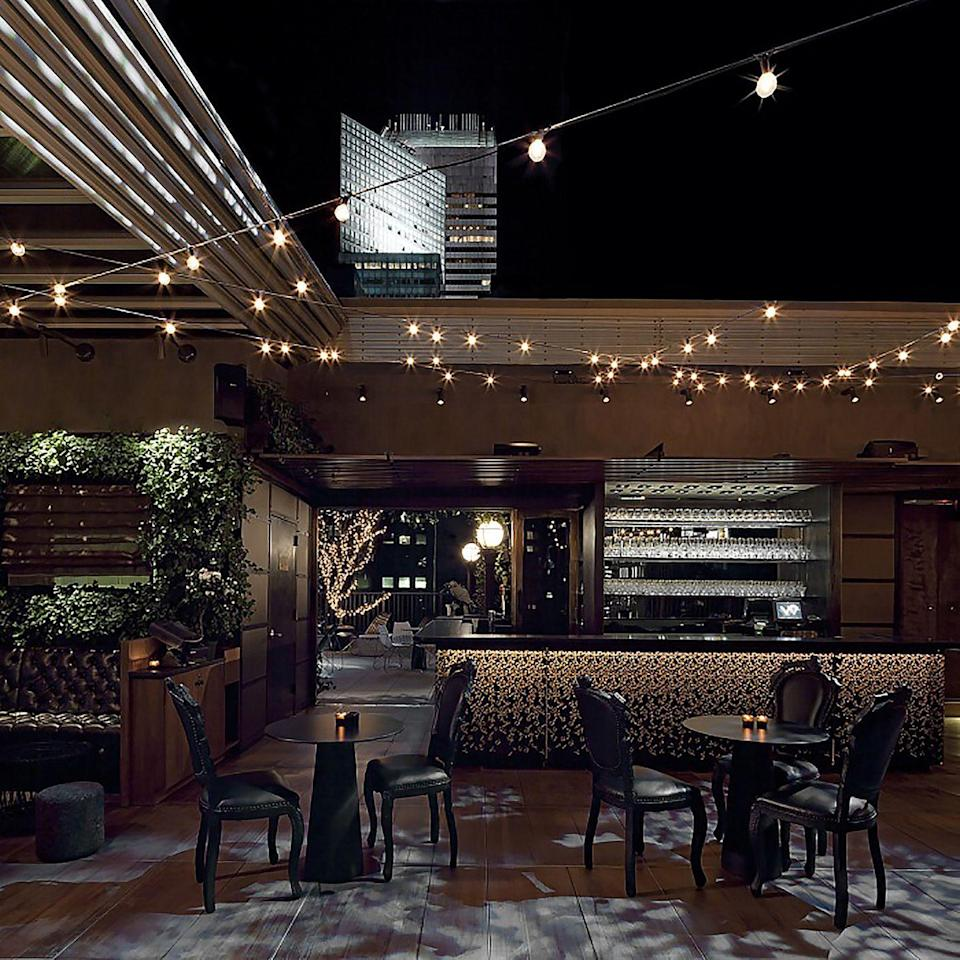 "<p>For the transition from day to night, simple string lights keep the party going, while creating a cozy ambience.</p><p><em>Design by <a href=""https://deringhall.com/interior-designers/de-spec"" rel=""nofollow noopener"" target=""_blank"" data-ylk=""slk:De-Spec"" class=""link rapid-noclick-resp"">De-Spec</a></em></p>"