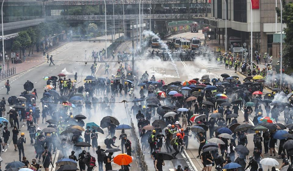 Police fire tear gas following scuffles with protesters in Admiralty on September 29, 2019. Photo: Sam Tsang