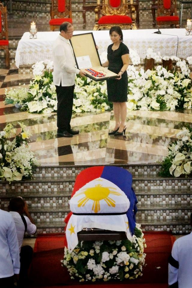 """President Benigno S. Aquino III presents to Atty. Maria Leonor """"Leni"""" Robredo, wife of the late Interior and Local Government Secretary Jesse Robredo, the insignia of the Philippine Legion of Honor with the Rank of Chief Commander (posthumous) conferred to the former DILG Chief after the concelebrated requiem mass during the State Funeral at the Basilica Minore de Nuestra Señora de Peñafrancia in Naga City on Tuesday (August 28). The Philippine Legion of Honor is considered the highest award the President can bestow without the need for approval of Congress. Secretary Robredo is being conferred the Philippine Legion of Honor for life achievement as DILG Secretary and Naga City Mayor. August 28, 2012, is the 8th and final day of National Mourning for the late Secretary Robredo by virtue of Proclamation No. 460, s. 2012. (Photo by Rodolfo Manabat, Malacañang Photo Bureau)."""