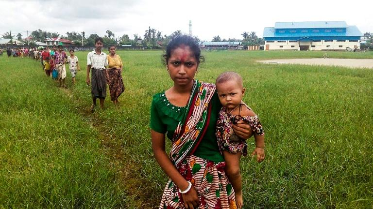 Rohingya Muslims desperate to cross into Bangladesh after Rakhine violence