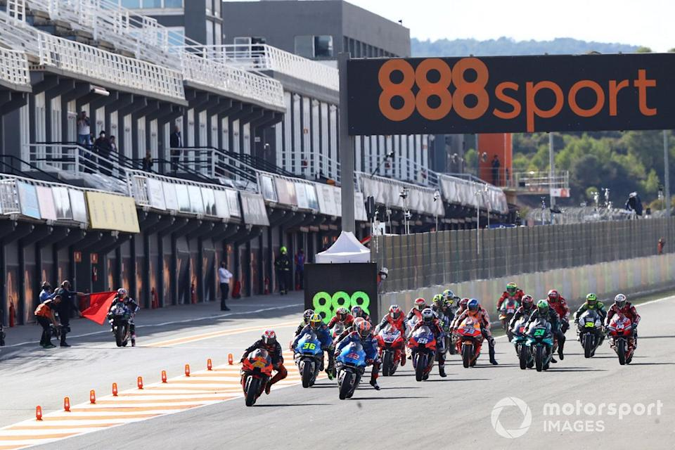 "Pol Espargaró, Red Bull KTM Factory Racing, Maverick Viñales, Yamaha Factory Racing sale del pit lane<span class=""copyright"">Gold and Goose / Motorsport Images</span>"