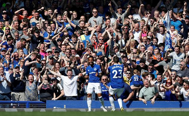 Theo Walcott celebrates after putting Everton 4-0 up against Manchester United