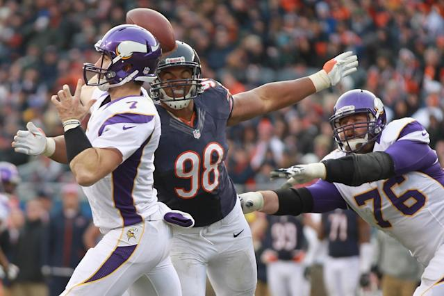 CHICAGO, IL - NOVEMBER 25: Corey Wootton #98 of the Chicago Bears attempts to sack Christian Ponder #7 of the Minnesota Vikings at Soldier Field on November 25, 2012 in Chicago, Illinois. (Photo by Dilip Vishwanat/Getty Images)