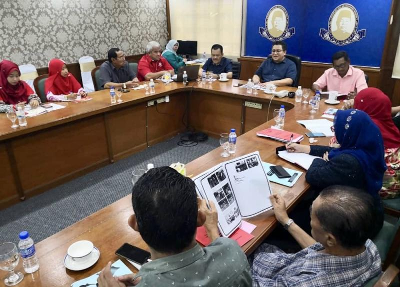 Johor Umno liaison committee deputy chief Datuk Nur Jazlan Mohamed (top) chairing the party's Pulai division committee meeting at Kompleks Tan Sri Mohamed Rahmat in Tampoi. — Picture courtesy of Pulai Umno