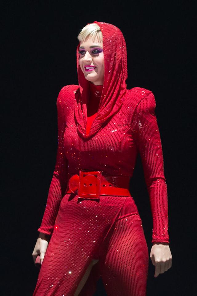 <p>Katy Perry se lució en su concierto en San Antonio, Texas, y allí lució majestuosa en un leotardo rojo, en transparencias, que puso en despliegue sus atributos/Getty Images </p>