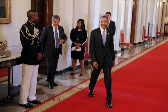 U.S. President Barack Obama and Connecticut Huskies head coach Geno Auriemma (2nd L) arrive to a welcoming reception for the 2015 NCAA Women's basketball team, the Connecticut Huskies at the White House in Washington September 15, 2015. REUTERS/Carlos Barria
