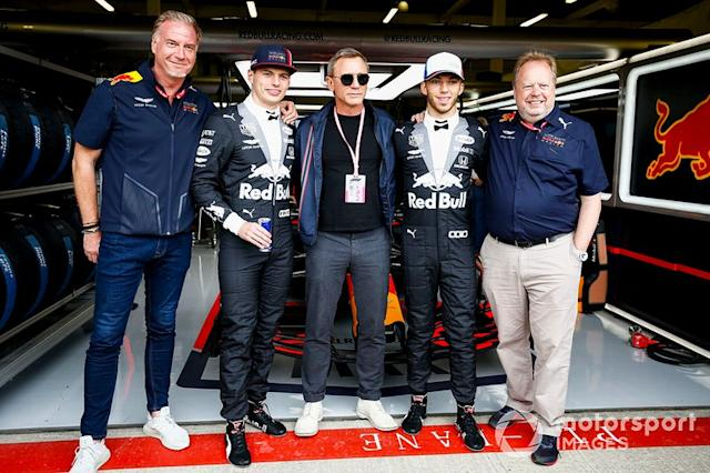 "Max Verstappen, Red Bull Racing, Actor Daniel Craig, y Pierre Gasly, Red Bull Racing <span class=""copyright"">Andy Hone / LAT Images</span>"