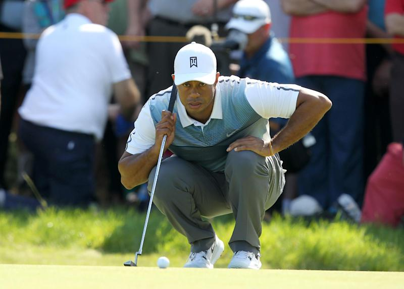 Tiger Woods lines up his putt on the 4th green during the opening day of the British Open Golf Championship at Royal Liverpool in Hoylake on July 17, 2014 (AFP Photo/Peter Muhly)