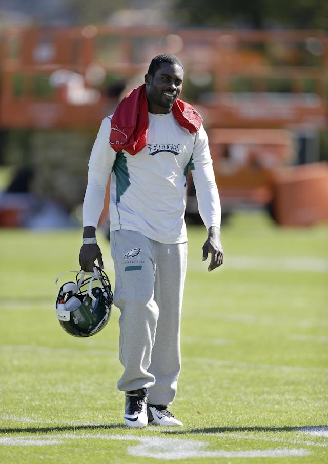 Philadelphia Eagles quarterback Michael Vick walks to a news conference after practice at the NFL football team's training facility, Tuesday, Oct. 15, 2013, in Philadelphia. (AP Photo/Matt Rourke)