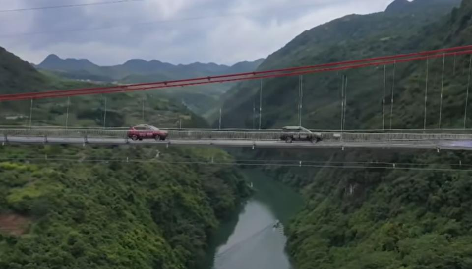 "En la imagen, el puente de cristal más largo del mundo. Mide 526,14 y acaba de ser inaugurado en China. (Foto: YouTube / <a href=""http://www.youtube.com/watch?v=XZnS6L2sqbQ&feature=emb_title"" rel=""nofollow noopener"" target=""_blank"" data-ylk=""slk:South China Morning Post"" class=""link rapid-noclick-resp"">South China Morning Post</a>)."
