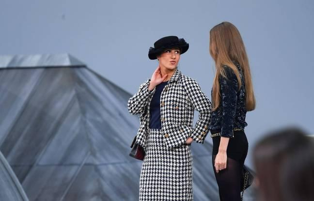 Une intruse s'invite au défilé Chanel à Paris