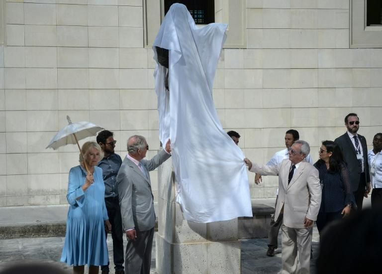 Prince Charles (2-L) drew applause when he unveiled the statue of the 16th Century English playwright in the Cuban capital's Mercaderes street