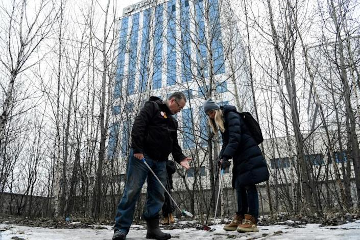 Nuclear physicist Andrei Ozharovsky (L) checks for gamma radiation near blocks of flats in Moscow (AFP Photo/Kirill KUDRYAVTSEV)