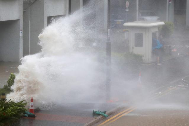 <p>Waves triggered by Typhoon Hato are seen in Hong Kong, China, Aug. 23, 2017. (Photo: Tyrone Siu/Reuters) </p>