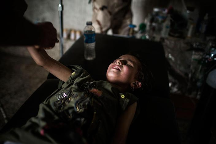 <p>An injured young girl cries disconsolately while she is receiving medical treatment after fleeing the old city of Mosul, Iraq. July 2, 2017. (Photograph by Diego Ibarra Sánchez / MeMo) </p>