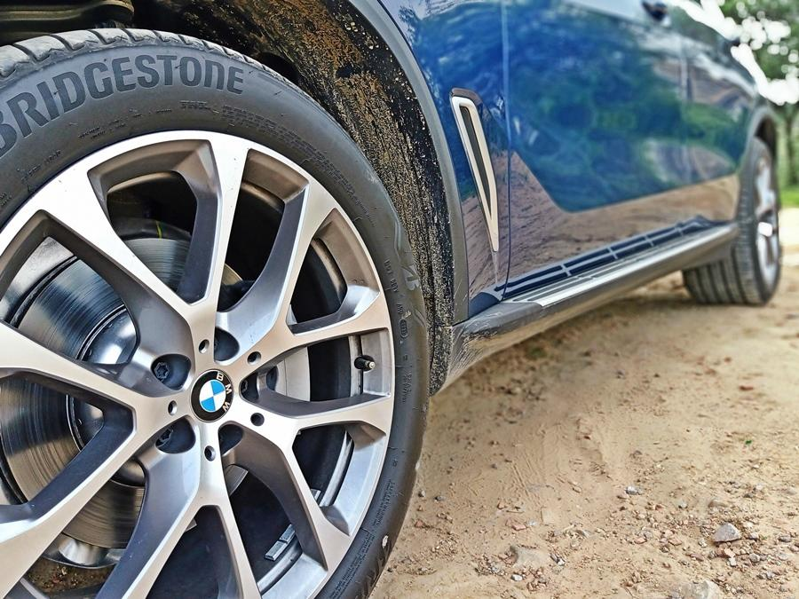You can gauge its size by looking at the massive 20 inch wheels, which just about fill up those wheel arches. The rear tyres are wider than the front ones. One can also raise the suspension or lower it to suit the terrain.