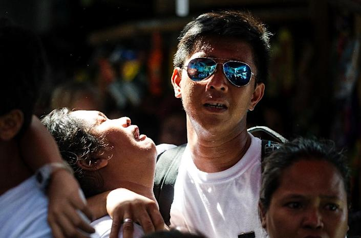 Relatives of Michael Siaron grieve during his burial ceremony in Manila on August 3, 2016, after Siaron was killed by suspected vigilantes acting on President Rodrigo Duterte's call to kill all the country's drug dealers (AFP Photo/Noel Celis)