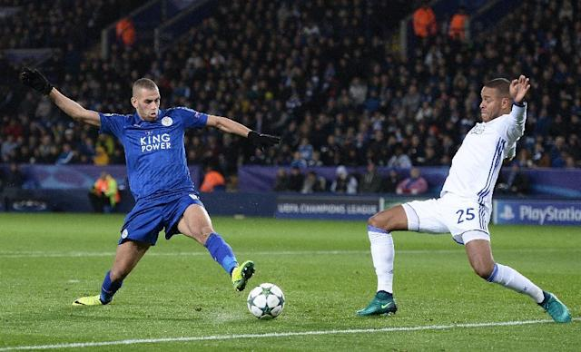 Leicester City's Islam Slimani (L) vies with Copenhagen's Mathias Joergensen during at the King Power Stadium in Leicester, central England on October 18, 2016 (AFP Photo/Oli Scarff)