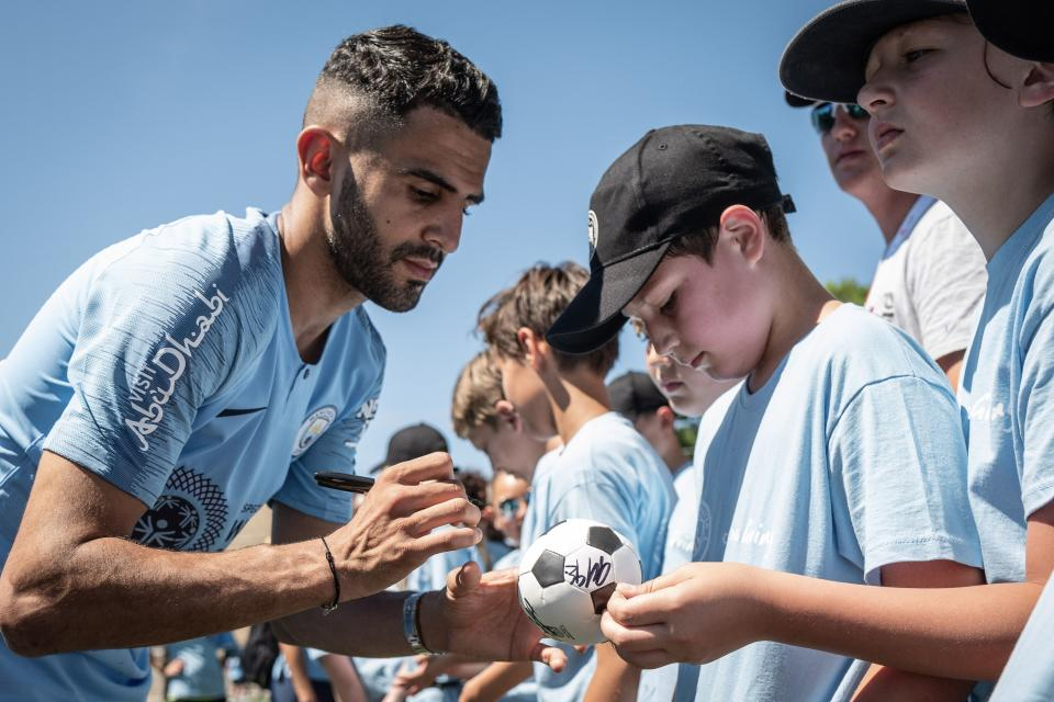 Manchester City winger Riyad Mahrez signs autographs for kids at an event in Chicago. (Courtesy: Manchester City FC)