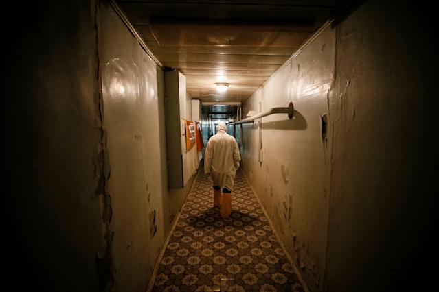 <p>An employee walks through the corridor of the stopped third reactor at the Chernobyl nuclear power plant in Chernobyl, Ukraine, April 20, 2018. (Photo: Gleb Garanich/Reuters) </p>