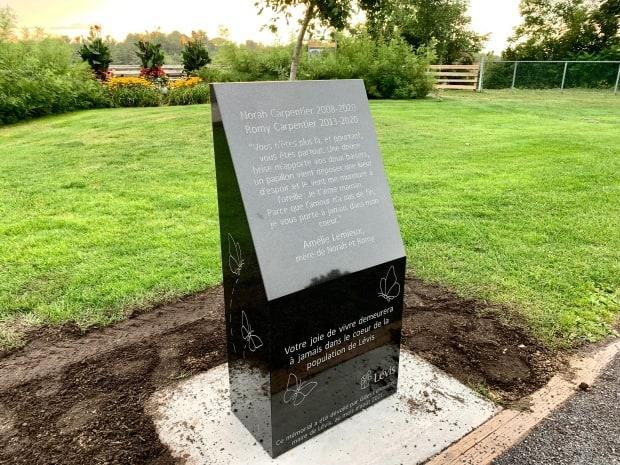 A memorial plaque honouring the lives of Norah and Romy Carpentier was erected at the Chutes-de-la-Chaudière park in Lévis. (Radio-Canada / Marie-Pier Bouchard - image credit)