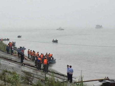 Rescue workers search after a ship sank at the Jianli section of Yangtze River, Hubei province, China, June 2, 2015. The passenger ship carrying 458 people sank on Monday night, Xinhua news agency said, citing the Yangtze River navigation administration. REUTERS/Stringer CHINA OUT. NO COMMERCIAL OR EDITORIAL SALES IN CHINA