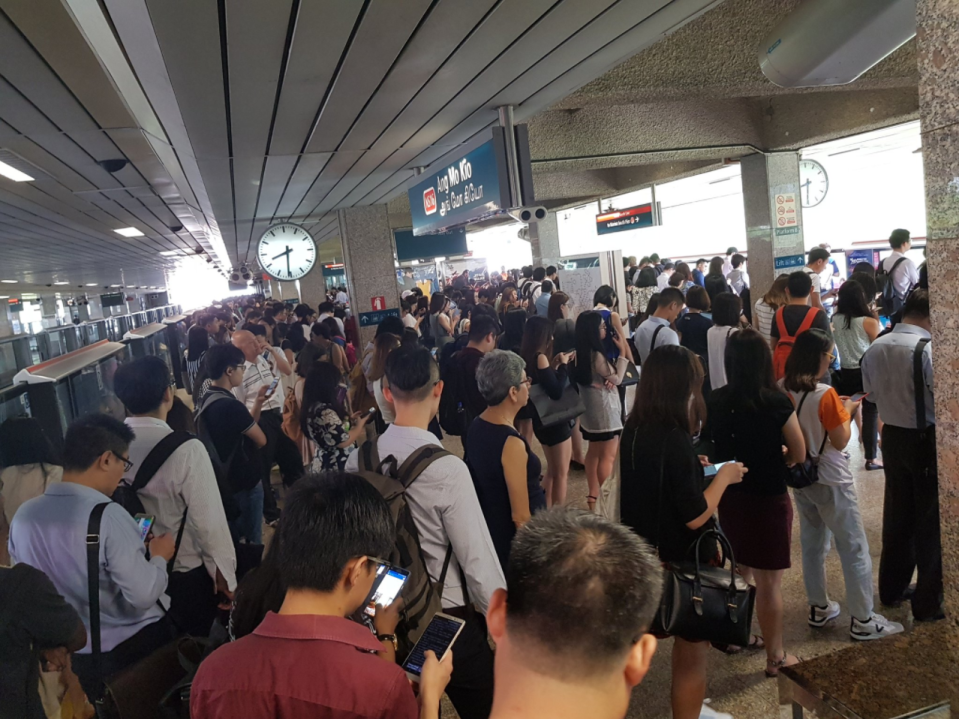 Commuters experienced crowded train platforms during an MRT disruption on 9 November 2017. (Photo: Twitter/Alexis Cheong)