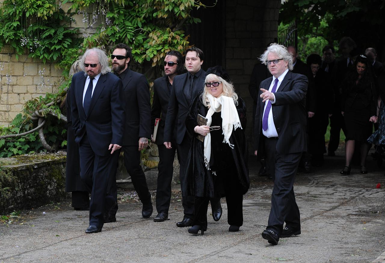 OXFORD, UNITED KINGDOM - JUNE 08: Barry Gibb (L), Robin's son Robin-John Gibb (4L) and Robin's widow Dwina Murphy Gibb (2R) and other members of the Gibb family arrive for Robin Gibb's funeral at Priest End, Thame on June 8, 2012 in Oxford, England. (Photo by Stuart Wilson/Getty Images)