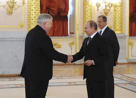 New U.S. ambassador to Russia John Tefft (L) shakes hands and presents his credentials to Russian President Vladimir Putin during a ceremony at the Kremlin in Moscow, November 19, 2014. REUTERS/Mikhail Klimentyev/RIA Novosti/Kremlin