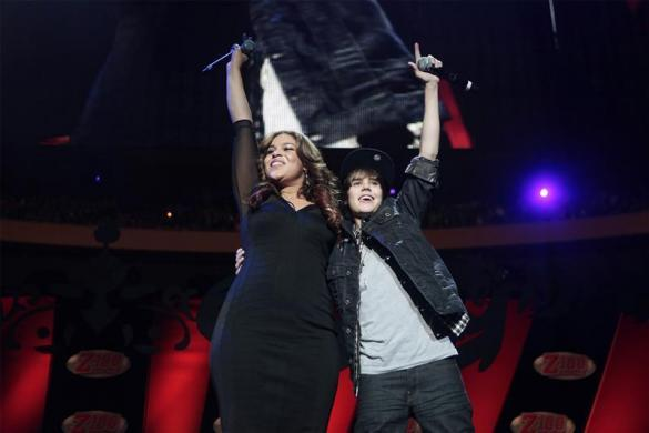 Justin Bieber (R) performs with Jordin Sparks during the Z100 Jingle Ball in New York December 11, 2009.