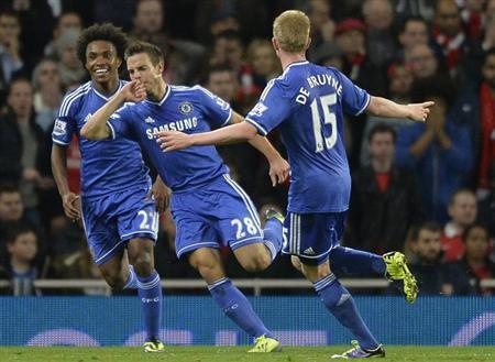 Chelsea's Cesar Azpilicueta (C) celebrates scoring with Willian (L) and Kevin De Bruyne during their English League Cup fourth round soccer match against Arsenal at Emirates Stadium in London, October 29, 2013. REUTERS/Toby Melville