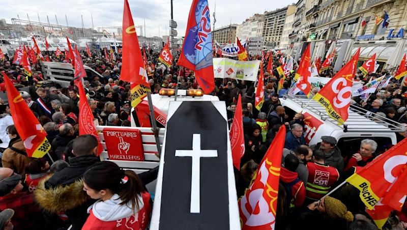 French unions count on mass protests to force pensions U-turn