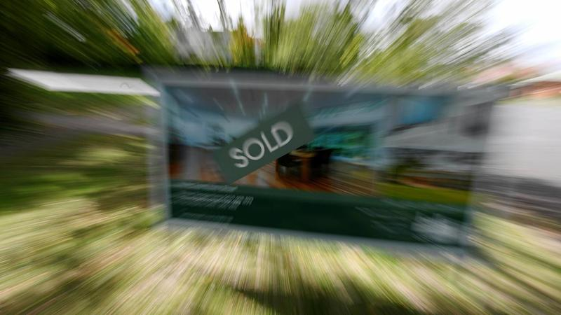 Weekly house prices fall but auctions soar