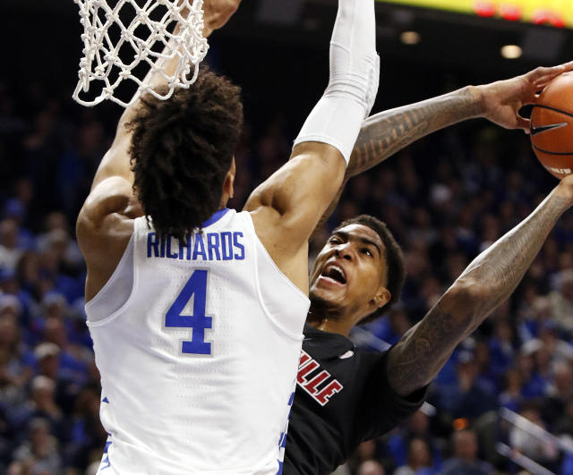 "Louisville's <a class=""link rapid-noclick-resp"" href=""/ncaab/players/131176/"" data-ylk=""slk:Ray Spalding"">Ray Spalding</a>, right, is pressured by Kentucky's Nick Richards (4) during the first half of an NCAA college basketball game, Friday, Dec. 29, 2017, in Lexington, Ky. (AP Photo/James Crisp)"