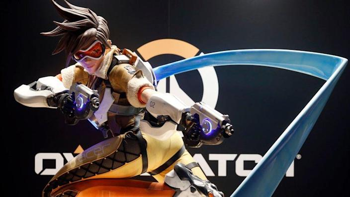 A statue of the Tracer character frozen in mid-sprint with guns pointed