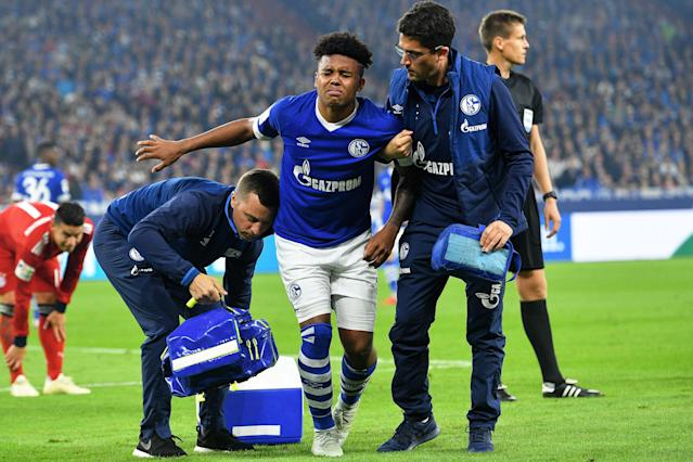 "Schalke's <a class=""link rapid-noclick-resp"" href=""/soccer/players/1121556/"" data-ylk=""slk:Weston McKennie"">Weston McKennie</a> (C) is helped to the sidelines after picking up an injury during Saturday's German Bundesliga match between Schalke and Bayern Munich. (EFE)"