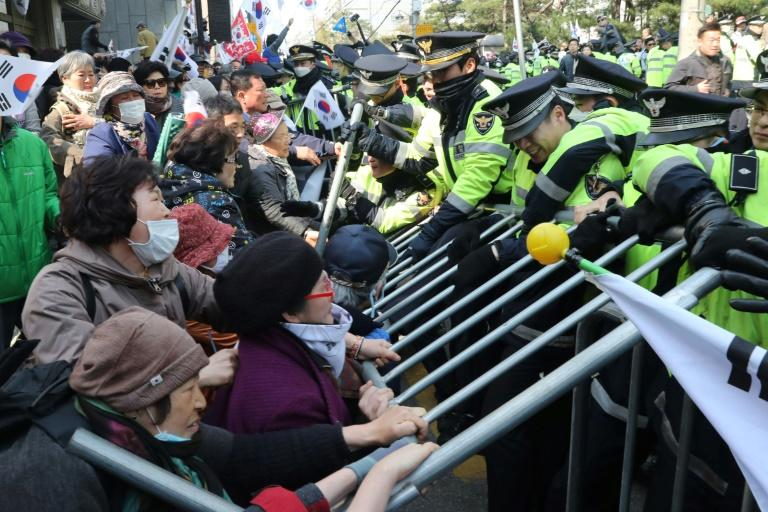 Some supporters of South Korea's ousted president Park Geun-Hye tried to break through police barricades in an effort to block her four-car convoy to a court hearing