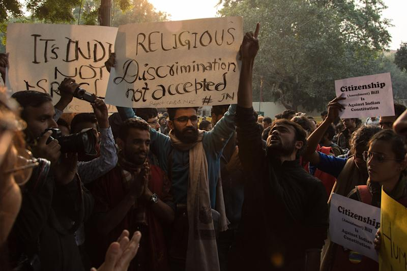 People protesting against the citizenship amendement bill which allows Hindus from Afghanistan, Bangladesh and Pakistan to get citizenship and exclude Muslims from the same countries in Delhi, on December 7, 2019.  (Photo: Anadolu Agency via Getty Images)