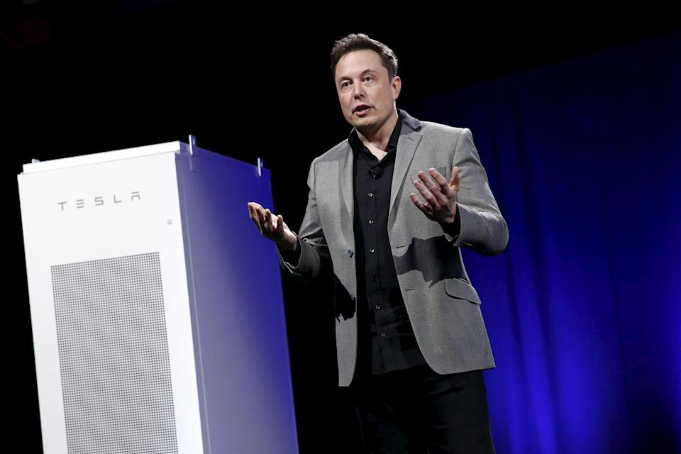 Tesla Motors CEO Elon Musk reveals a Tesla Energy battery for businesses and utility companies during an event in Hawthorne, California April 30, 2015. Tesla Motors Inc unveiled Tesla Energy - a suite of batteries for homes, businesses and utilities - a highly-anticipated plan to expand its business beyond electric vehicles. REUTERS/Patrick T. Fallon      TPX IMAGES OF THE DAY