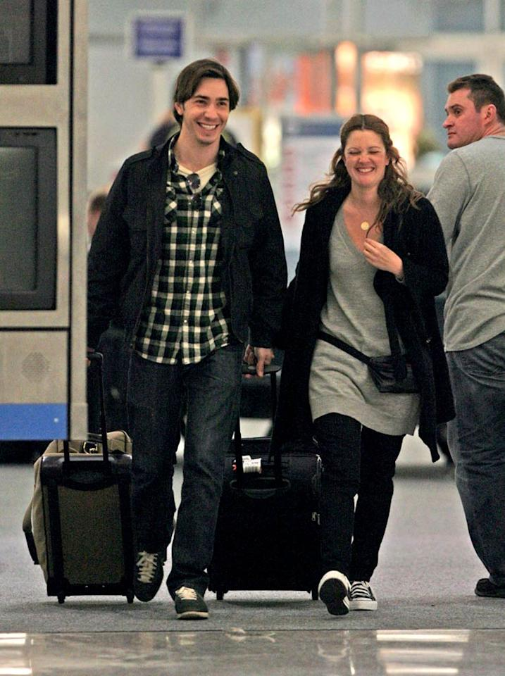 "Drew Barrymore and her boyfriend Justin Long shared a laugh at the New Orleans airport before heading back to Los Angeles on Tuesday. Wonder if Justin will be the face of Apple's new Macbook Air? <a href=""http://www.infdaily.com"" target=""new"">INFDaily.com</a> - January 15, 2008"