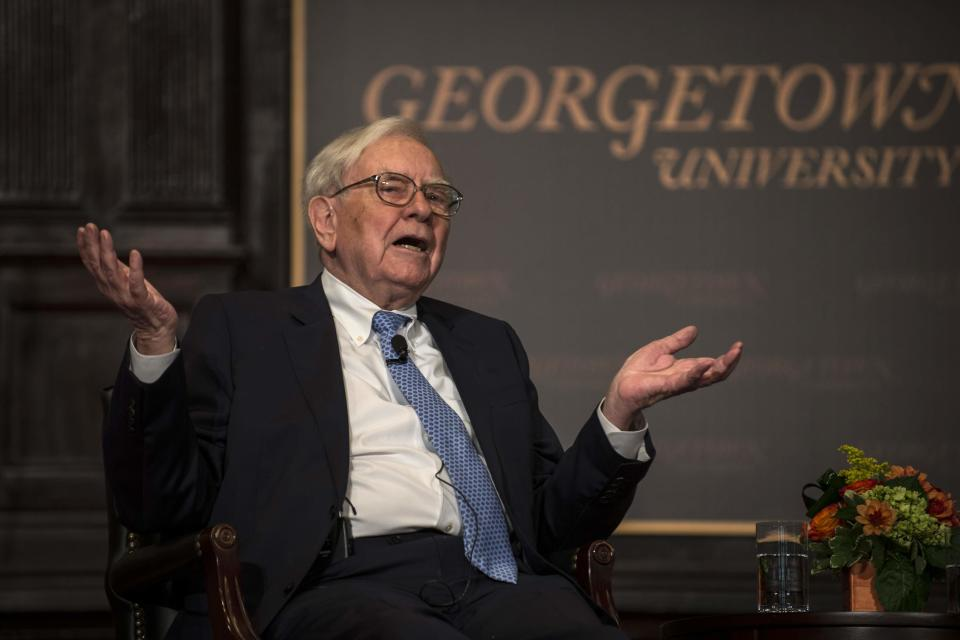 Warren Buffett speaks to students at Georgetown's McDonough School of Business in Washington September 19, 2013. REUTERS/James Lawler Duggan