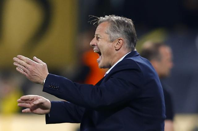 Schalke 04 coach Jens Keller shouts to his players as they play Dynamo Dresden in a German soccer cup (DFB Pokal) match in Dresden August 18, 2014. REUTERS/Thomas Peter (GERMANY - Tags: SPORT SOCCER) DFB RULES PROHIBIT USE IN MMS SERVICES VIA HANDHELD DEVICES UNTIL TWO HOURS AFTER A MATCH AND ANY USAGE ON INTERNET OR ONLINE MEDIA SIMULATING VIDEO FOOTAGE DURING THE MATCH